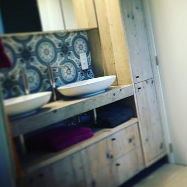 Badkamermeubelen op maat in gebruikt steigerhout 15
