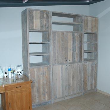 boekenkast vitrinekast op maat in gebruikt steigerhout