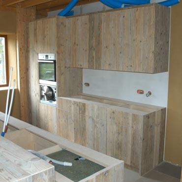 Keukens op maat in gebruikt steigerhout en accoya hout keukens indoor meubelen - Foto grijze keuken en hout ...