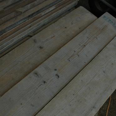 Plinten en vloeren op maat in gebruikt steigerhout