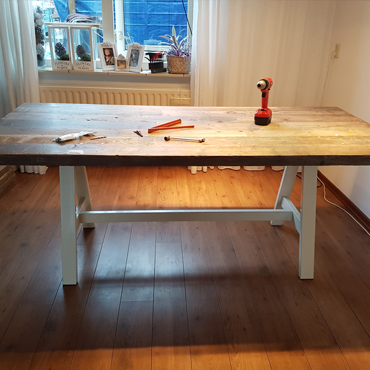 Tafelbladen in gebruikt steigerhout / wit spuiten onderstellen 5
