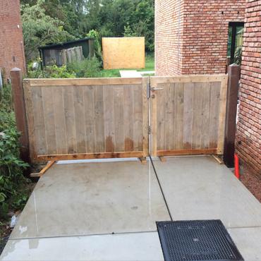 poort in gebruikt steigerhout, azobe palen en baddingenhout door rawcreations.be